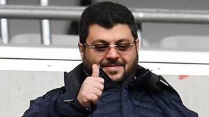 Hasan Ismaik, Mehrheitseigner des TSV 1860 München, hebt den Daumen. Torjubel ist in Hannover erlaubt