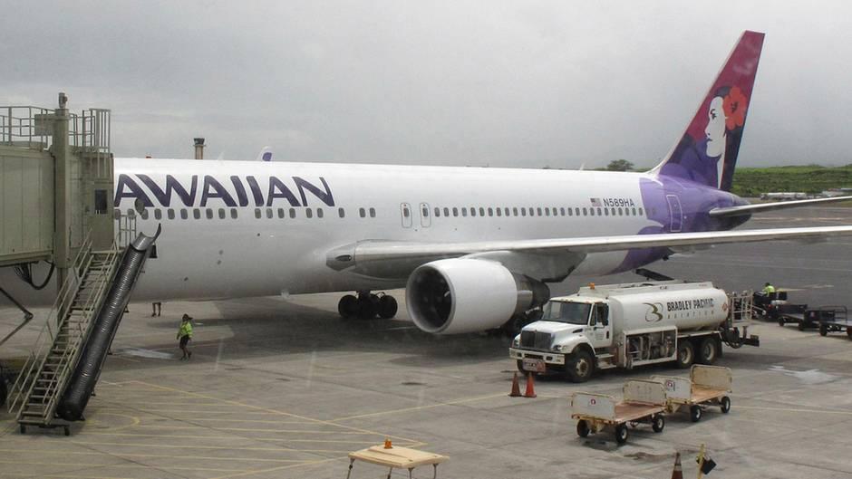 Ein Passagierflugzeug der Hawaiian Airlines steht auf einem Flughafen