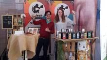 Das Koawach-Team präsentiert seine Produkte am Stand.
