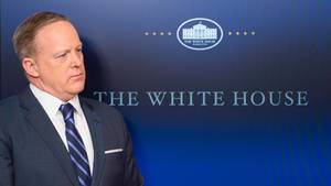 "Donald Trump-Sprecher Sean Spicer neben dem ""The White House""-Logo"