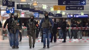 Düsseldorf: Beamte eines Spezialeinsatzkommandos (SEK) im Hauptbahnhof