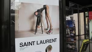 Paris: Ein Werbeplakat des französischen Luxus-Modehauses Saint Laurent