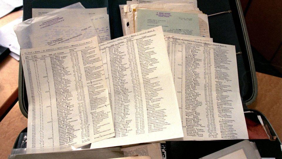 Ein Exemplar von Schindlers Liste liegt auf einem Tisch