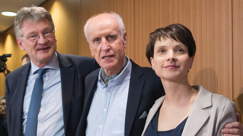 Jörg Meuthen, Albrecht Glaser und Frauke Petry stellen das Wahlprogramm der AfD vor