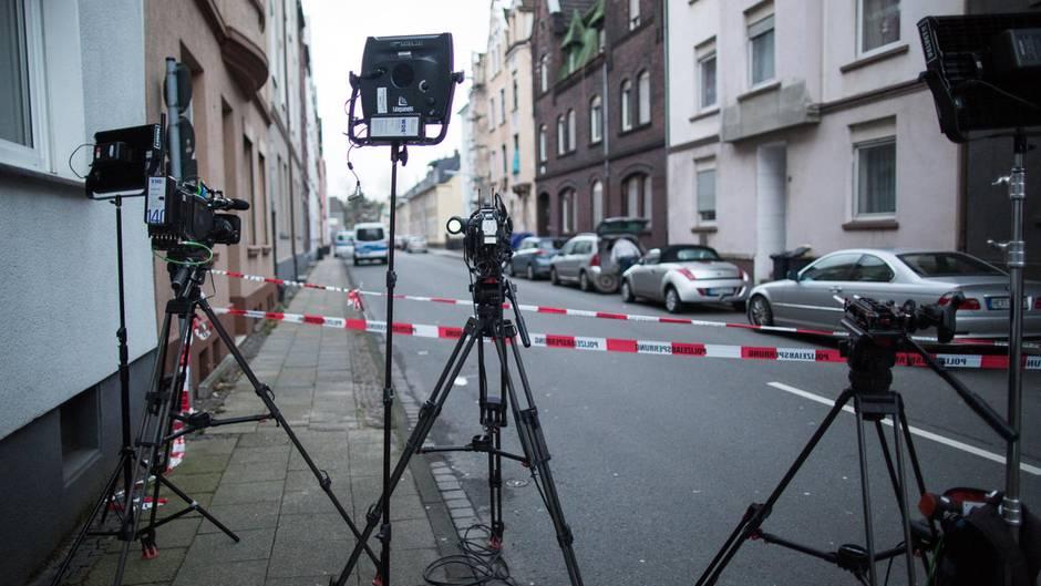 Fernsehkameras stehen in Herne auf der gesperrten Bismarckstraße