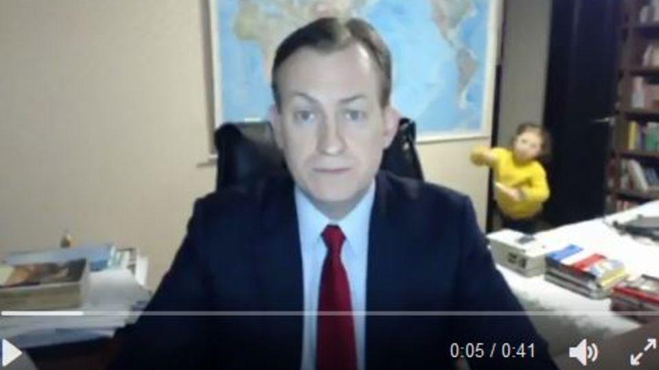 """Bei Sendung """"World News"""": Kinder überraschen Papa bei Live-Schalte – BBC-Interview geht grandios schief"""