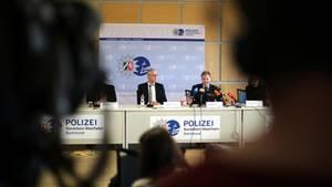 Der Polizeipräsident von Dortmund Gregor Lange und Polizeiführer Ralf Ziegler bei der Pressekonferenz in Dortmund
