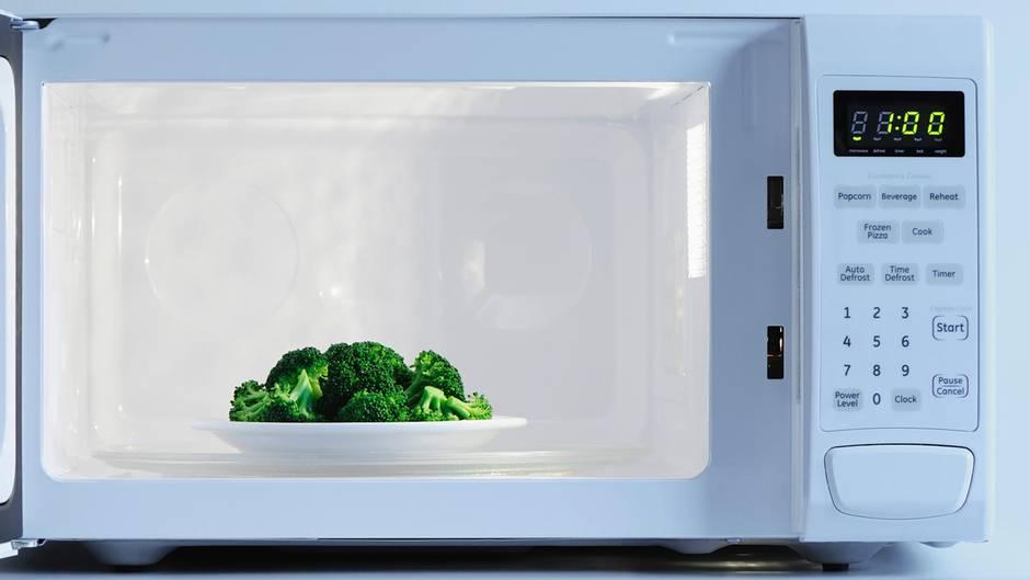 Fragen, die sich jeder stellt: Warum dreht sich der Teller in der Mikrowelle?