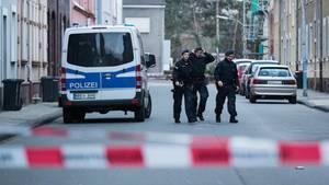 Polizeibeamte am zweiten Tatort des mutmaßlichen Mörders Marcel H. in Herne