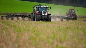 Ein Traktor beim Düngen, Symbolbild