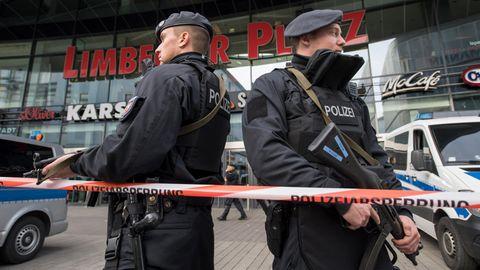 Schwer bewaffnete Polizisten sichern in Essen das wegen einer Terrorwarnung geschlossene Einkaufszentrum Limbecker Platz