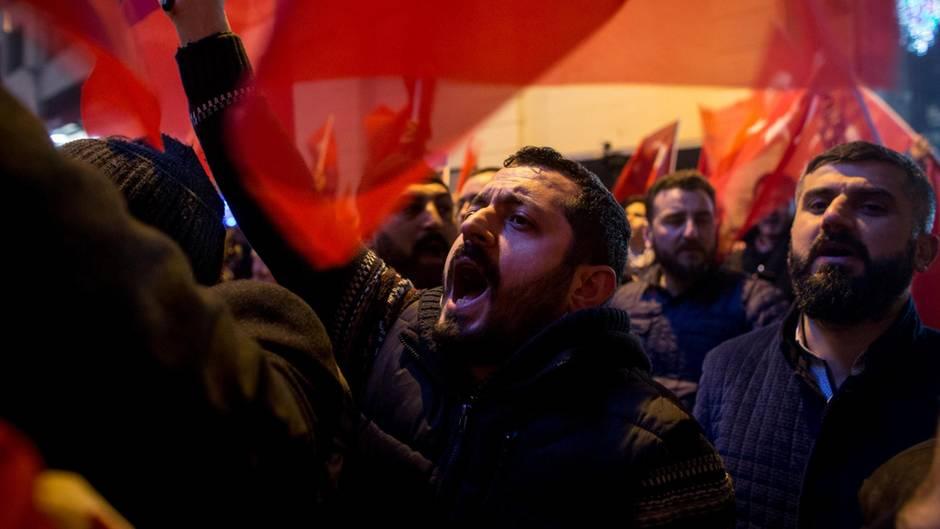 In Rotterdam demonstrierten rund 1000 Türken gegen die Politik der Niederlande