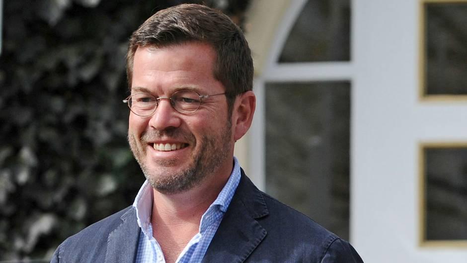 Karl-Theodor zu Guttenberg lächelt und hat einen Drei-Tage-Bart