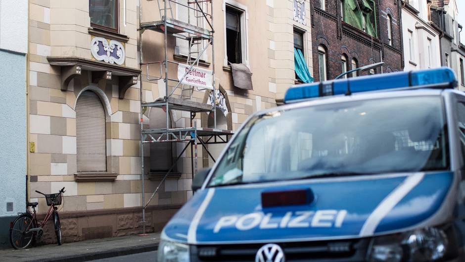 Die Fenster einer ausgebrannten Wohnung in Herne. Marcel H. führte die Ermittler zu dem Feuer.