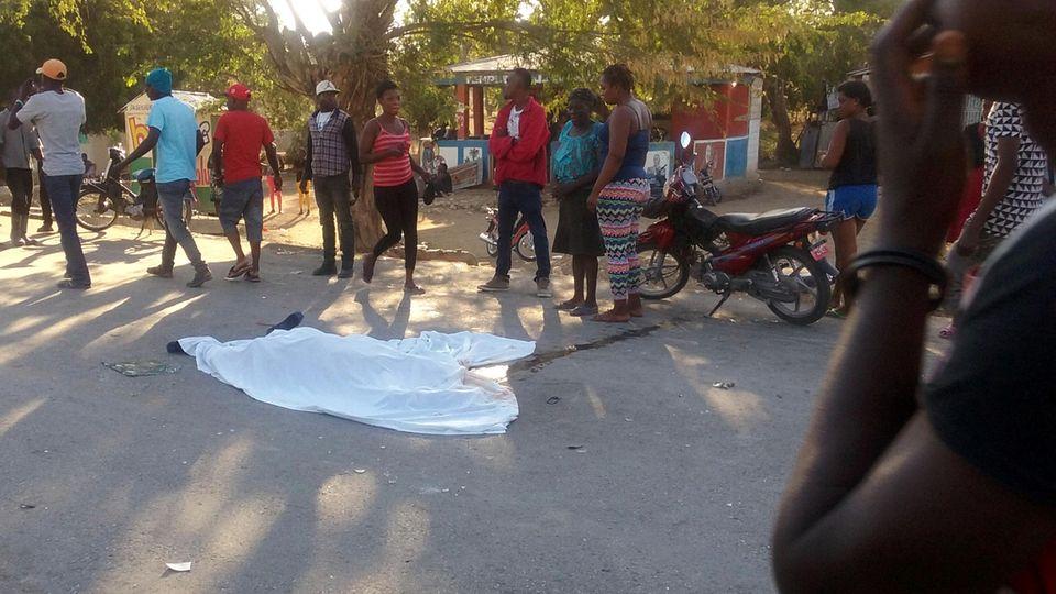 Ein Toter liegt auf der Straße, nachdem ein Bus in Haiti durch eine Menschenmenge gerast ist