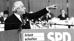 Politiker Horst Ehmke spricht im April 1982 beim SPD-Parteitag