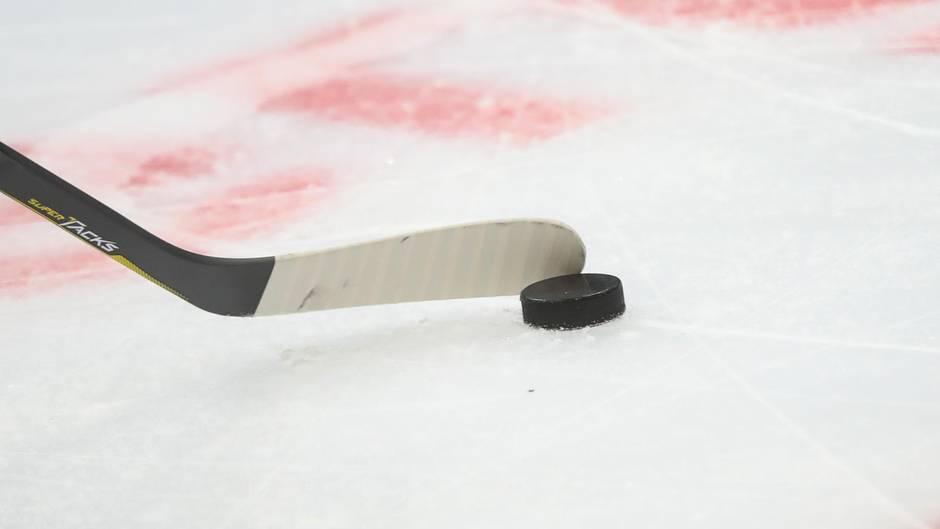 Eishockeyschläger mit Puck