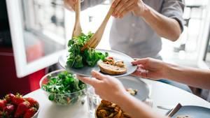 Sie essen nicht genug!  Wer Kilos verlieren möchte, muss essen. Und zwar mindestens 1200 Kilokalorien pro Tag, wer darunter isst, signalisiert dem Körper, dass er hungert. Die Folge? Der Stoffwechsel wird runtergeschraubt, und es werden weniger Kalorien verbrannt. Wenn man später wieder normal isst, sind die Kilos im Nu wieder drauf – der Jo-Jo-Effekt tritt ein.