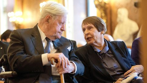 Helmut Schmidt und seine Lebensgefährtin Ruth Loah bei einem Festakt im Rathaus in Hamburg