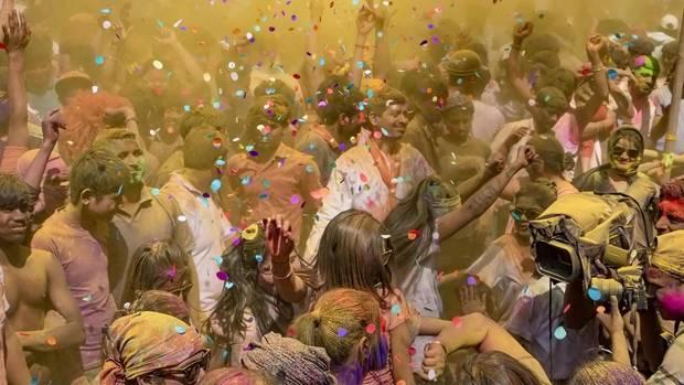 Menschen feiern in Indien im Rahmen der Holi-Feierlichkeiten