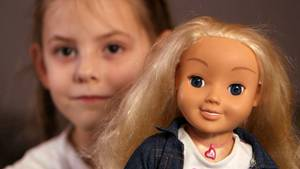 """Die sechsjährige Jolisa möchte ihre Puppe nicht hergeben - auch wenn ihre """"Cayla"""" offiziell aus technischen Gründen verboten wurde."""