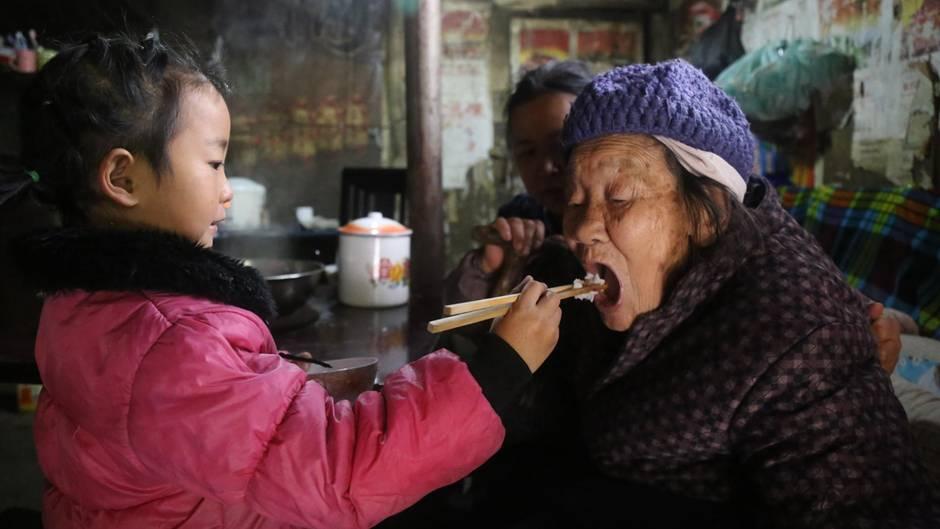 Anna füttert ihre Urgroßmutter