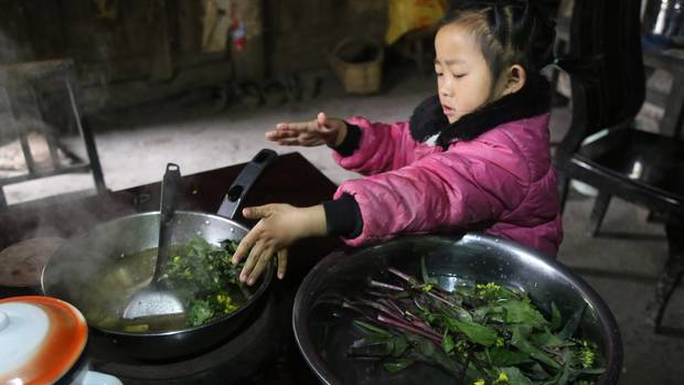 Anna kocht Gemüse