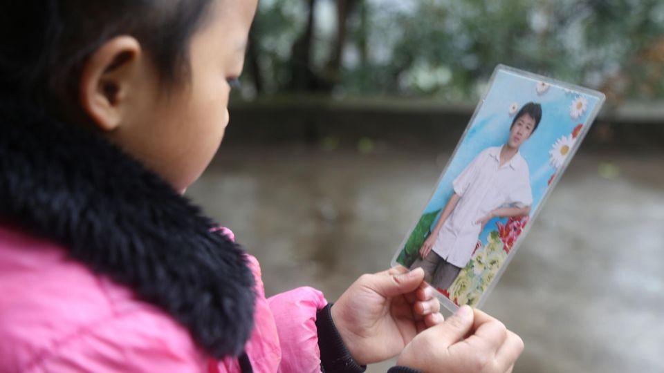 Anna betrachtet ein Bild ihres Vaters