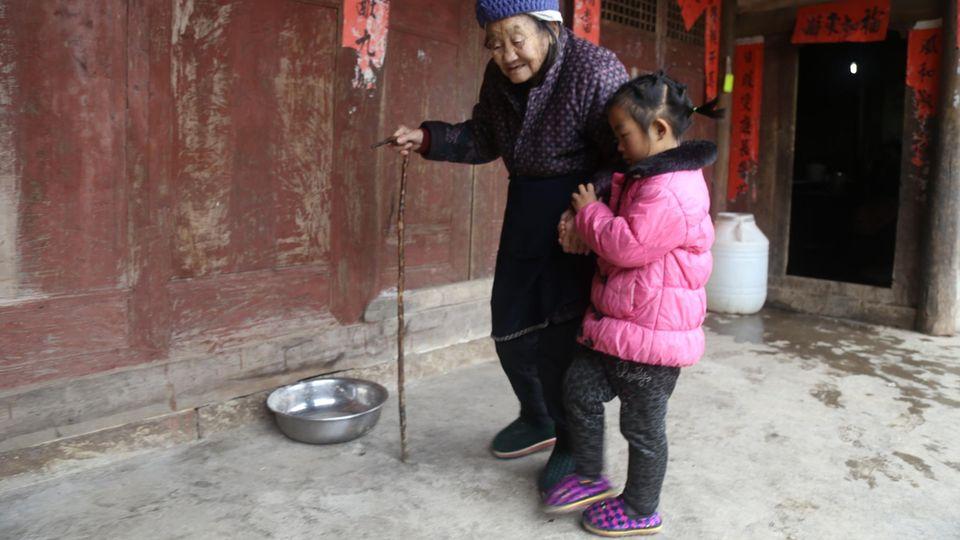 Anna nimmt ihre Großmutter bei der Hand