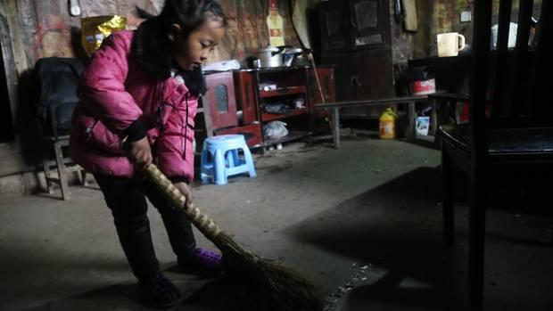 Anna fegt den Fußboden