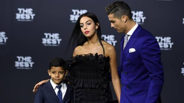 Cristiano Ronaldo mit seiner Freundin Georgina Rodriguez und seinem Sohn Cristiano Ronaldo Jr. bei der Wahl zum Weltfußballer.