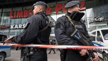 Schwer bewaffnete Polizisten sichern in Essen das wegen einer Terrorwarnung geschlossene Einkaufszentrum Limbecker Platz.