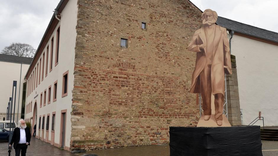 Ein hölzerner Aufsteller soll den Bewohnern von Trier einen ersten Eindruck von der geplanten Karl-Marx-Statue verschaffen