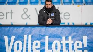 Trainer Ismail Atalan von Sportfreunde Lotte bei einem Interview vor dem DFB-Pokal-Spiel gegen Borussia Dortmund