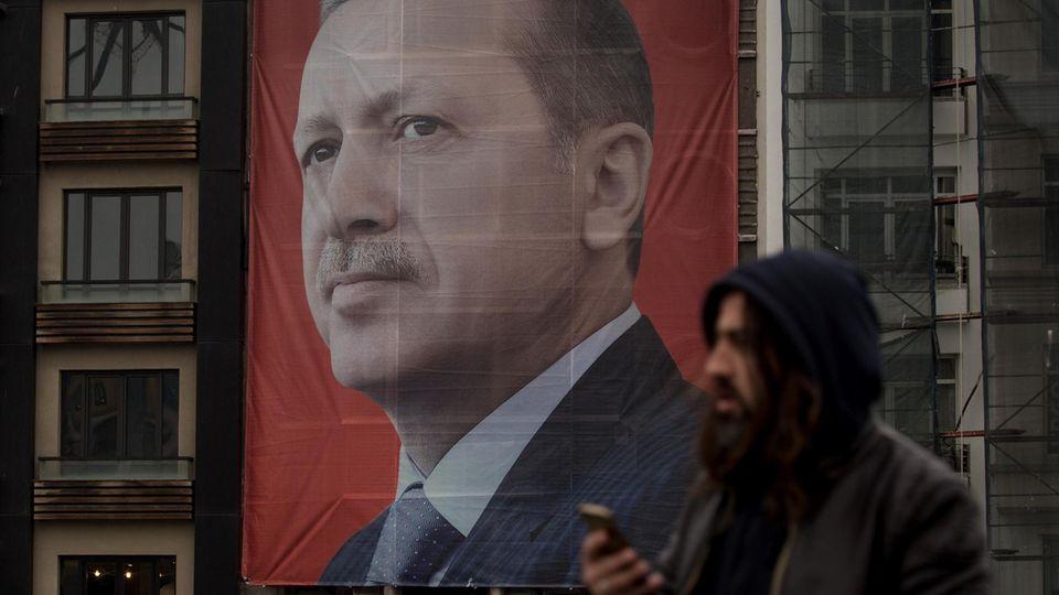 Ein Banner von Recep Tayyip Erdogan dominiert den Taksim Platz in Istanbul