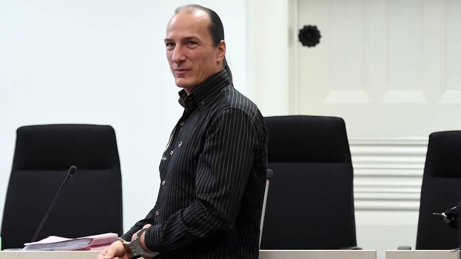 """Der selbsternannte """"König von Deutschland"""" Peter Fitzek bei einem Gerichtstermin im Sommer 2016"""