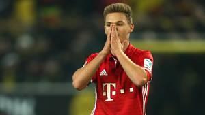 Joshua Kimmich vom FC Bayern München hält sich die Hände vors Gesicht