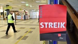 Plakat in Schönefeld: An beiden Berliner Flughäfen mussten zahlreiche Flüge aufgrund des Streiks gestrichen werden