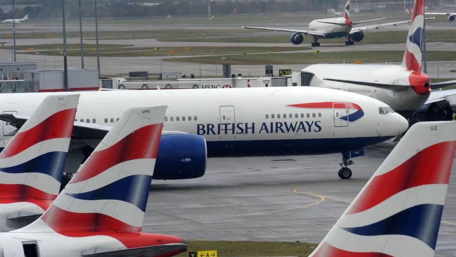 Flugzeuge der Airline British Airways stehen auf dem Flughafen.