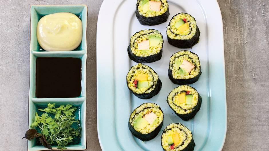 Veggie-Sushi  Zutaten:  200 g Hirse, je 2 cm frische/r Ingwer und Kurkuma, 2 EL Reisessig, 1 gestr. TL Meersalz, 1 kleine Avocado, 1 kleine Mango, 1 Mini-Gurke, 100 g Räuchertofu, 1 große rote Chilischote, 4 Nori-Algenblätter, 1 TL Wasabi, Bio-Tamari (glutenfreie Sojasauce) zum Servieren, 2–3 Schalen Shiso-Kresse oder 1 Bund Koriander      Zubereitung:  1. Die Hirse mit 400 ml Wasser, Ingwer und Kurkuma zum Kochen bringen.  Abgedeckt bei kleinster Temperatur etwa 7 Minuten köcheln lassen.        2. Reisessig und Salz verrühren. Die fertige Hirse auf einer Platte verteilen, Ingwer und Kurkuma entfernen. Die Reisessigmischung über der Hirse verteilen und untermengen. Lauwarm abkühlen lassen.        3. Avocado und Mango schälen, die Gurke waschen. Alles in etwa 1 cm dicke Streifen schneiden. Den Räuchertofu ebenfalls in 1 cm dicke Streifen schneiden. Die Chilischote waschen, halbieren, entkernen und in dünne Streifen schneiden.        4. Ein Nori-Algenblatt mit der glänzenden Seite nach unten quer auf eine Bambusmatte legen. Ein Viertel der Hirsemischung darauf verteilen, dabei am oberen Rand einen Streifen frei lassen. Mittig einige Mango-, Gurkenund Chilistreifen verteilen. Von unten nach oben aufrollen, den oberen Rand dafür mit Wasser anfeuchten und festkleben. Eine weitere Rolle zubereiten.  Die restlichen beiden Nori-Blätter mit Hirse vorbereiten und mit den Avocado- und Tofustreifen füllen. Den Tofu jeweils mit etwas Wasabi bestreichen.        5. Die Rollen in Frischhaltefolie wickeln und 30 Minuten im Kühlschrank ruhen lassen. Anschließend in 2–3 cm dicke Stücke schneiden, auf einer Platte anrichten und mit Tamari und Shiso-Kresse servieren.