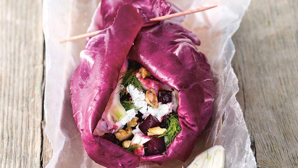 No-Carb-Wrap mit Roter Bete  Zutaten:    4–6 große Salatblätter (etwa Kopfsalat, Lollo rosso oder Radicchio), 1 Knolle Rote Bete, 2 EL Olivenöl, 2 EL Aceto Balsamico, Meersalz, frisch gemahlener schwarzer Pfeffer, 1 TL Akazienhonig, 1 kleine Knolle Fenchel, 2 EL Walnusskerne, gehackt und geröstet, 50 g Feta      Zubereitung:  Die Salatblätter waschen und trocken tupfen. Die Rote-Bete-Knolle waschen, schälen und klein würfeln. Im heißen Olivenöl 3–4 Minuten anschwitzen. Mit Balsamico ablöschen und mit Salz, Pfeffer und 1 TL Akazienhonig bestreuen und beträufeln. Beiseitestellen und lauwarm abkühlen lassen. Den Fenchel putzen, waschen, halbieren und den Strunk entfernen. Die Hälften in dünne Streifen hobeln. Rote Bete, Fenchel und Walnusskerne auf den Salatblättern verteilen, Feta darüber bröckeln. Die Salatblätter aufrollen und mit Bambusspießen feststecken.