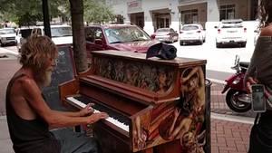 Der Obdachlose Donald Gould spielt Klavier