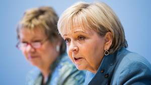 NRW-Ministerpräsidentin Hannelore Kraft im Vordergrund - Unscharf dahinter Sylvia Löhrmann von den Grünen