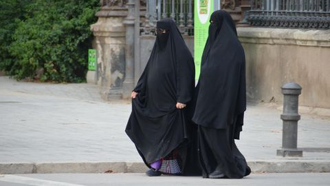 Zwei Nikab-Trägerin auf der Straße.
