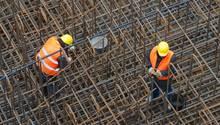 Arbeiter in einem Stahlgeflecht - Zur hart arbeitenden Mitte zählen sich 36 Millionen Deutsche laut einer stern-Studie dazu