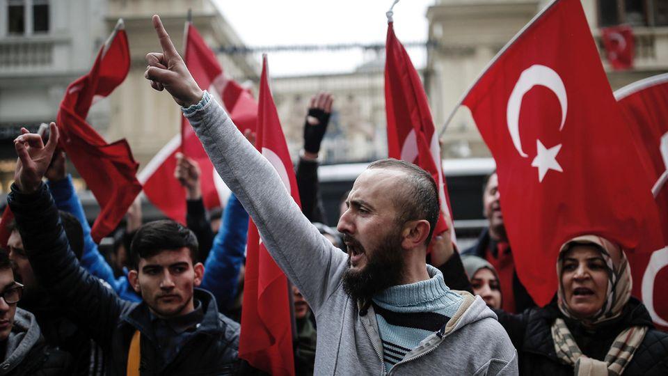 Nicht nur in der Türkei selbst dürfen Wähler über das Verfassungsreferendum abstimmen. Wie wohl diese Demonstranten vor dem niederländischen Konsulat abstimmen werden?