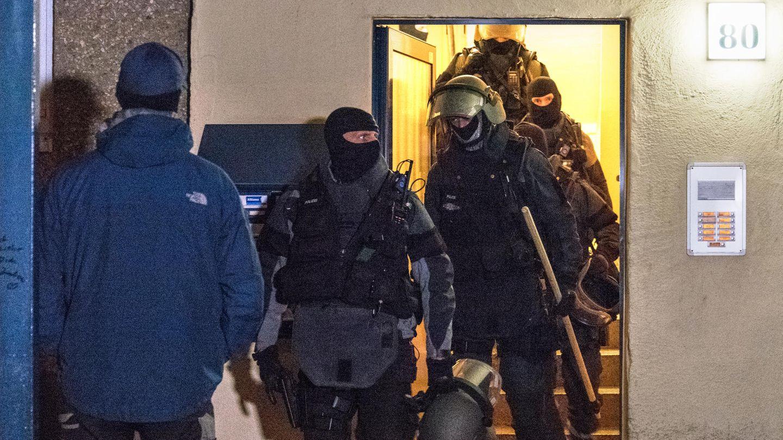 Ein Sondereinsatzkommando verlässt eine Wohnung in Weimar - Ermittlungen nach Tod eines 18-Jährigen