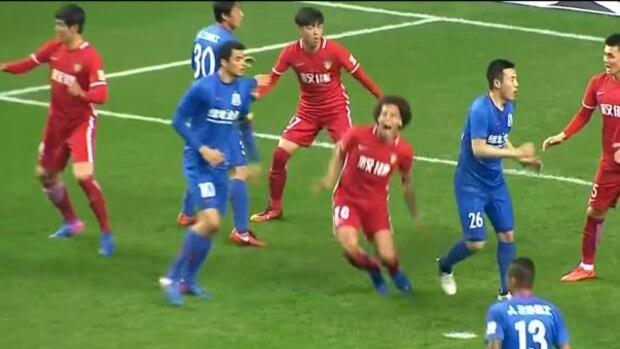 Chinsesische Fußball-Liga: Belgier Axel Witsel sinkt nach einem Foul zu Boden