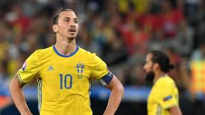 Zlatan Ibrahimovic steht im schwedischen Nationaltrikot auf dem Platz und stemmt die Hände in die Hüften