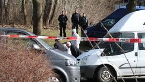 Die Polizei hat den Tatort an einer Kieler Schule abgesperrt, ein 40-jähriger Verdächtiger ist festgenommen.